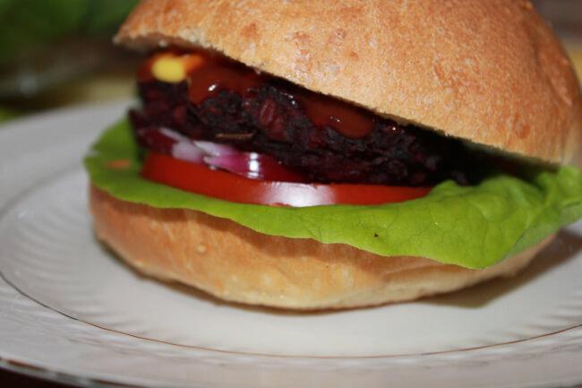 Vegan burger με μπιφτέκι παντζαριού